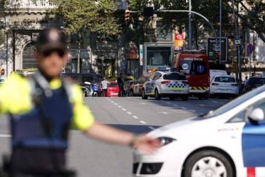 İspanya'nın Barcelona şehrinde bir minibüs onlarca kişinin arasına daldı.
