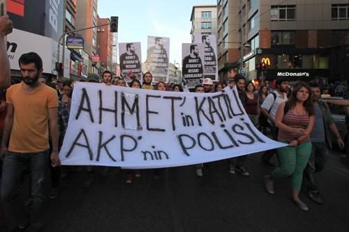 Ahmet Atakan'ın ölümünü protesto etmek isteyen ve 23.30'da Altıyol'daki Boğa heykelinde toplananlara polis gaz bombalarıyla saldırdı.