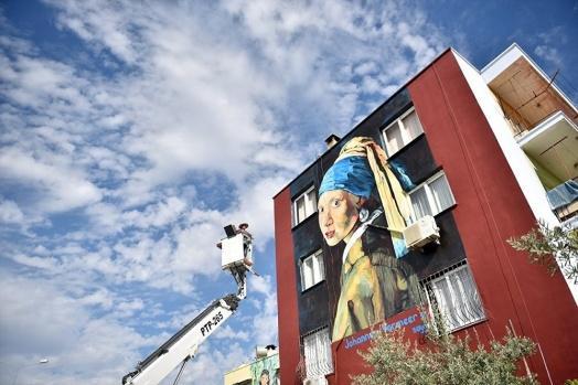 Mersin'de, Toroslar Belediyesi tarafından başlatılan proje kapsamında, dünyaca ünlü ressamların eserleri bir bulvar üzerindeki evlerin duvarlarına yansıtıldı.