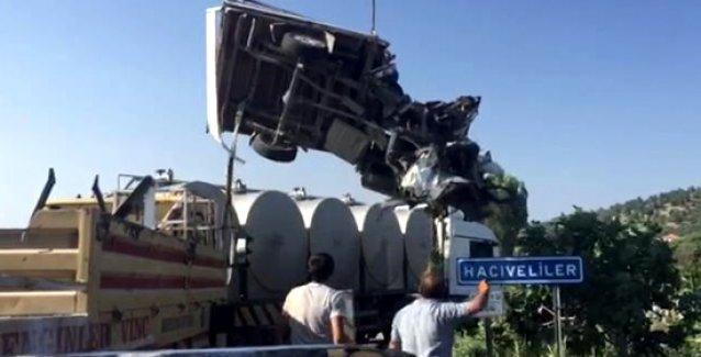 Açık kasasında işçi taşıyan kamyonet kaza yaptı, kasadaki 15 işçi öldü!