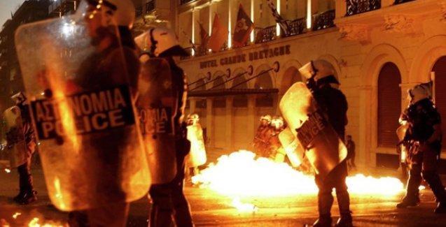 Atina'da pakete tepki gösteren protestoculara polis saldırısı