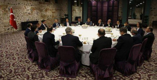 Davutoğlu, Hürriyet'ten Akit'e 'bazı gazetelerin' yayın yönetmenlerini topladı