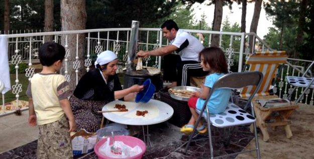 Diyarbakır'da annesini ziyaret eden Demirtaş gözleme açtı