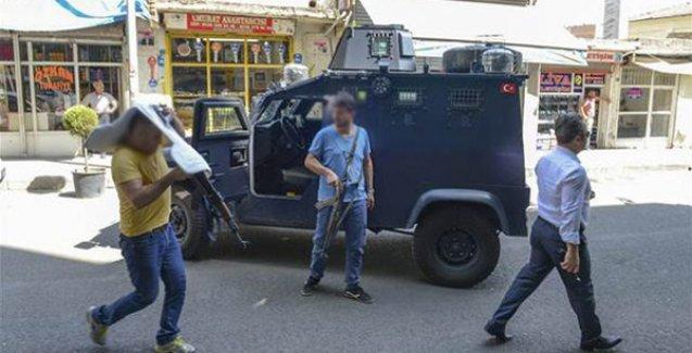 Diyarbakır'da polise saldırı: İki polisten biri hayatını kaybetti