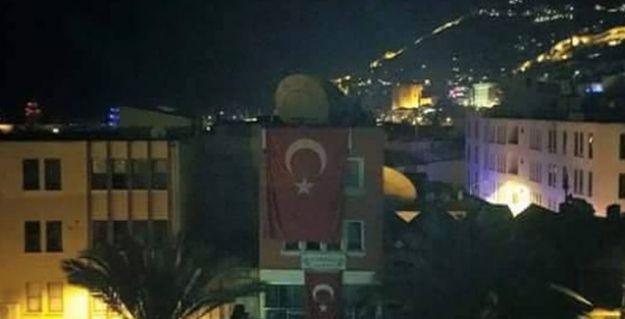 Alanya'da polisten ırkçı gruplara 'yardım eli': HDP tabelasını indirip, gruba verdiler