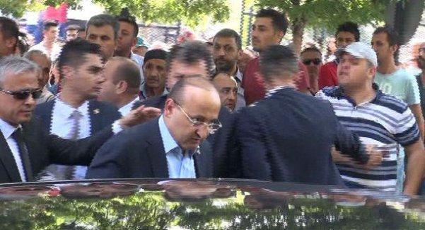 Asker cenazesinde Yalçın Akdoğan'a pet şişeli protesto