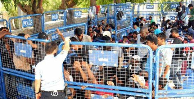 Bodrum'da göçmenleri demir bariyerlerle oluşturulan 'kafese' kapattılar
