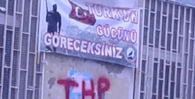 HDP Kadıköy binasına 'Türk'ün gücünü göreceksiniz' afişi
