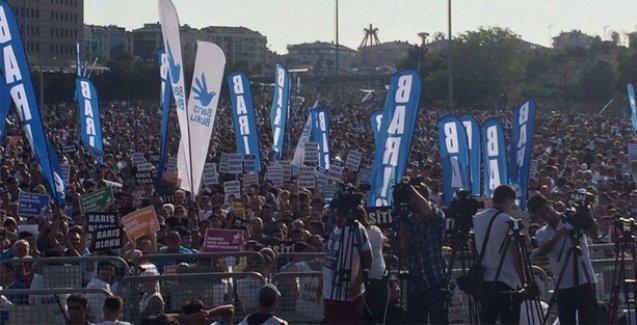 İstanbul'da binler buluştu: 'Sana savaş yaptırmayacağız'