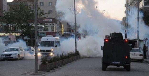 Yüksekova'da polis bir genci başından vurdu