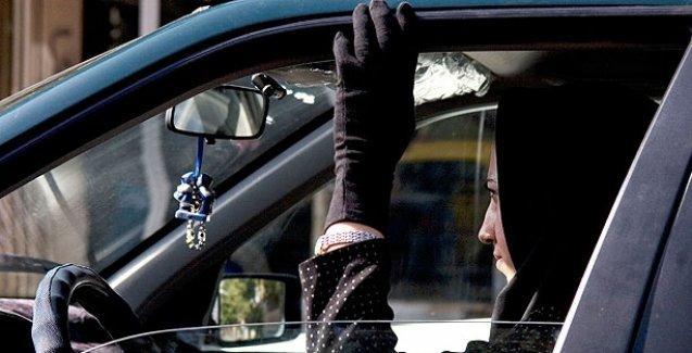 İran 'iyi örtünmeyen' kadın sürücülerin araçlarına el koyacak