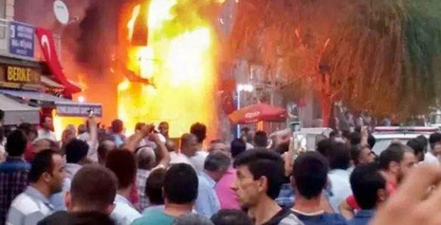 Kitabevini yakıp, kaçmaya çalışanlara keserlerle saldırdılar