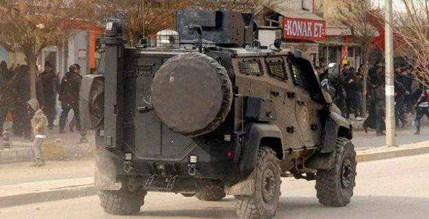 Cizre'de zırhlı araç sivilleri taradı: İki yaralı