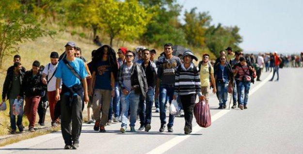 Suriyeli mülteciler Edirne'de sınıra yürüdü