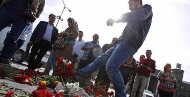 Ankara'da anma alanındaki karanfilleri tekmeleyen adamı tekme tokat dövdüler
