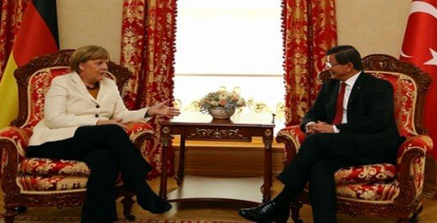 Davutoğlu, 'Ermeni soykırımını tarihçilere bırakalım' söylemini yineledi
