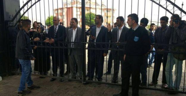 HDP'li vekilin üniversiteye girmesi engellendi: 'Bu demir parmaklıklar Türkiye'nin resmidir'