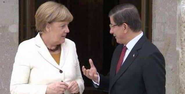 """Merkel'den Davutoğlu'na """"ilk günkü aşkla"""" sorusu"""