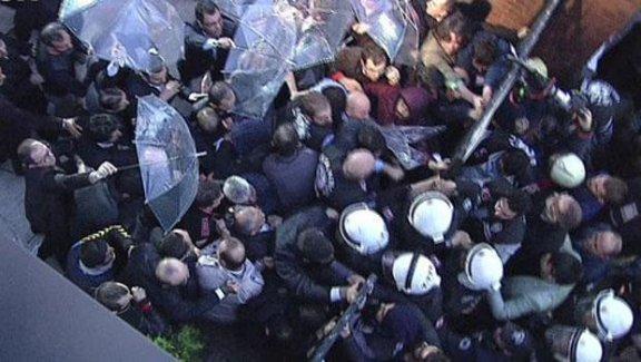 Polis, Koza-İpek Medya binasına biber gazı ve cop kullanarak girdi!