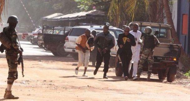 Mali'deki otel baskınında ayet okuyan rehineler serbest bırakıldı