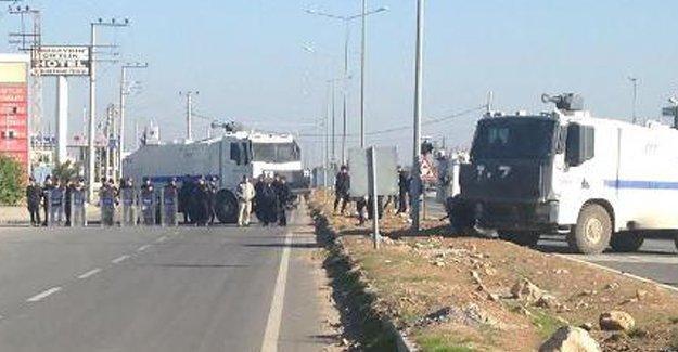 Polisler, açlık grevi yapan vekillerin karşısında tepsilerle baklava yedi