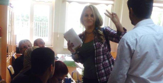Sandık başkanı Pınar Aydınlar'ın zafer işaretinden rahatsız oldu