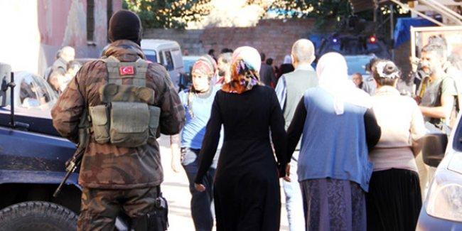 Sur'da halk,  özel tim gölgesinde oy kullanıyor