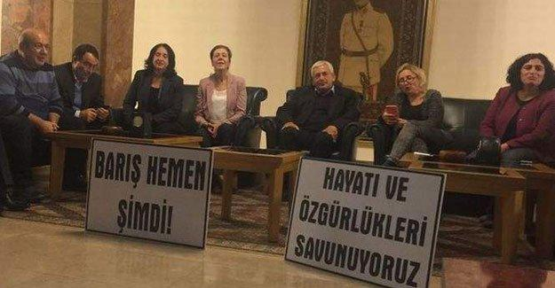 CHP ve HDP'li eski vekiller Meclis'te oturma eylemi yapıyor