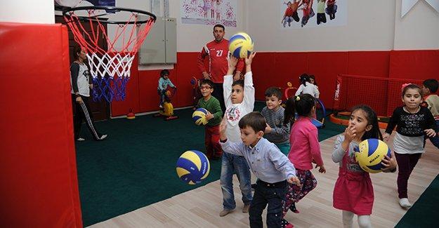 Diyarbakır'da çocuklar sporu eğlenerek öğreniyor