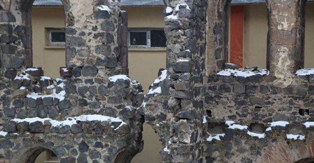 Kars'ta 500 yıllık saray yok oluyor