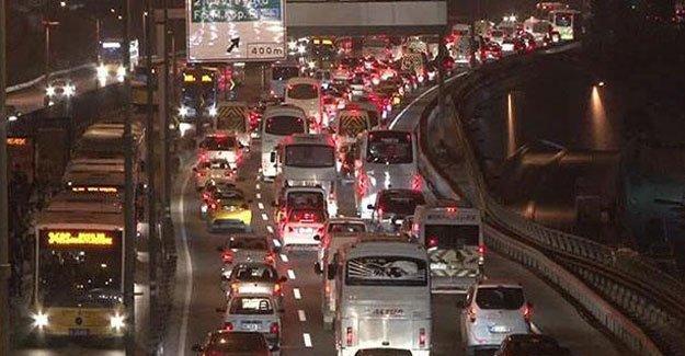 Otomobil işçilerin arasına daldı: 4 yaralı