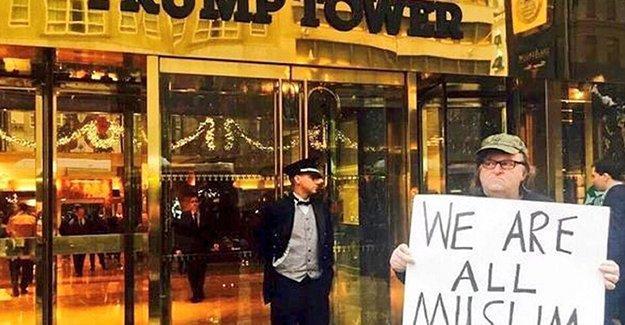 """Yönetmen Moore, Trump Tower'ın önünde """"Hepimiz Müslümanız"""" pankartı açtı"""