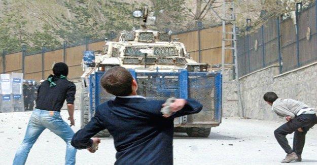 AİHM ''taş atmaktan'' verilen cezayı orantısız buldu