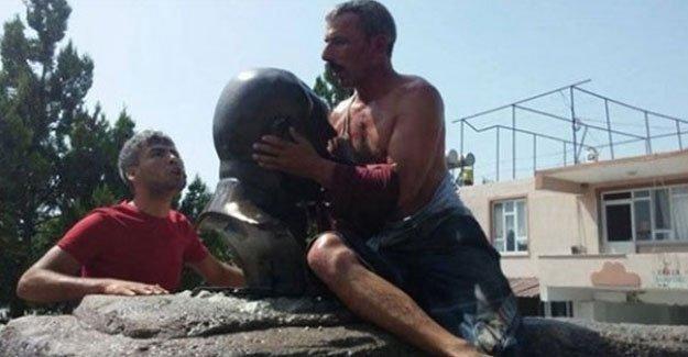 Atatürk büstünü zorla öptüren saldırgan: Ben onu büstten indiriyordum