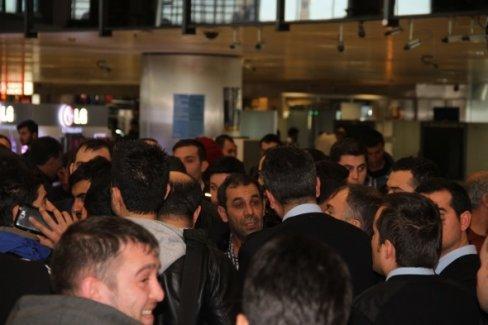 Atatürk Havalimanı'nda yolcular kontuarları işgal etti!