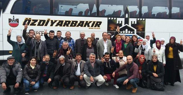 """Aydın HDP'liler """"barışta ısrar"""" için Siirt'e hareket etti"""