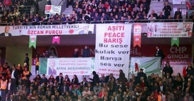 CHP kurultayındaki Kürtçe pankart kaldırıldı