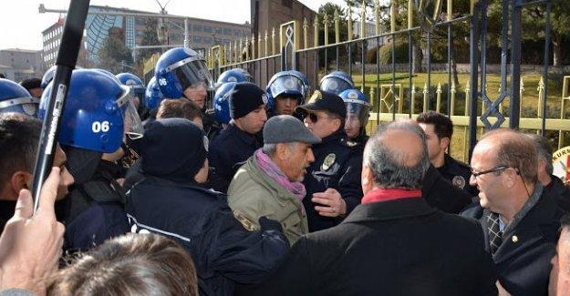CHP'li Musa Çam polisler tarafından tartaklandı