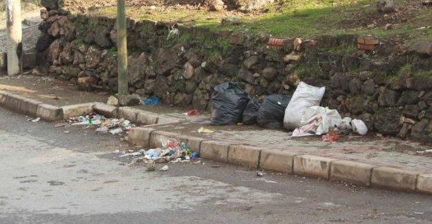 İzmir Karabağlar'da polis çöp konteynerlerini kaldırdı
