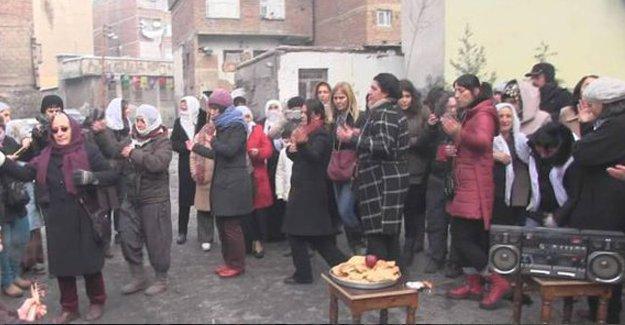 Kadınlar, bomba sesleri altında barışa semah döndüler