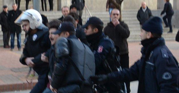 Kocaeli'de gözaltına alınan akademisyenleri destekleyenlere polis saldırdı