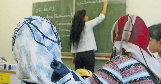 Okullarda başörtüsü serbestliği getiren yönetmeliğin iptali istendi