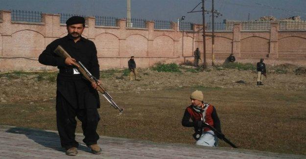 Pakistan Talibanı üniversiteye saldırdı