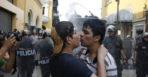 LGBTİ'lerin Sevgililer Günü eylemine polis saldırısı