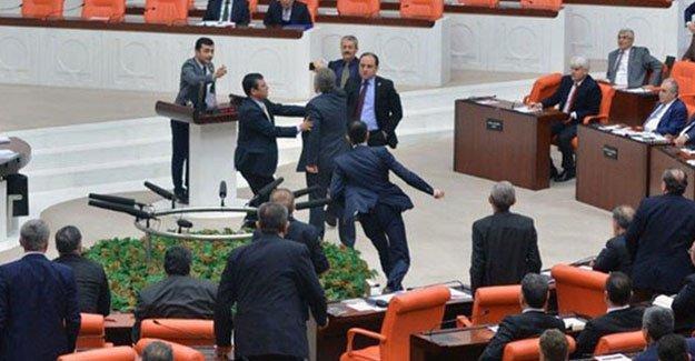Meclis'te kavga çıktı oturuma ara verildi