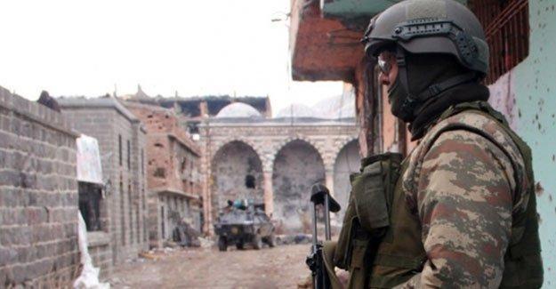Sur'da çöken binada 3 asker hayatını kaybetti
