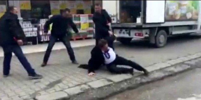 """CHP İl Başkanı'nı """"hain"""" diyerek dövdüler"""