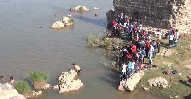 Dicle Nehri kenarına atılan insan uzuvları alınarak savcılığa teslim edildi