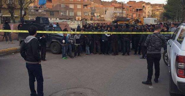 Diyarbakır'da karakol yapımı için çalışan vinç okul duvarını devirdi: İki çocuk yaşamını yitirdi!