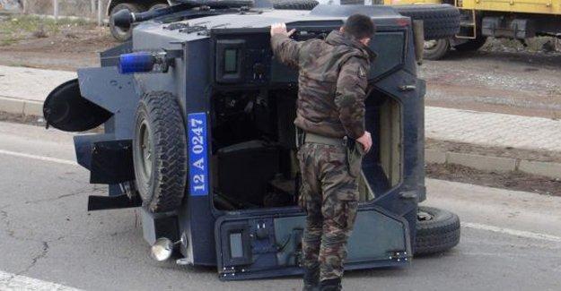 Diyarbakır'da zırhlı polis aracı devrildi